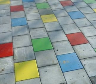Tegelpad met gekleurde tegels